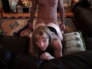 hotwife carol採取一個年輕人在她的屁股