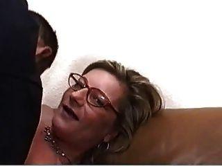 金髮美女與眼鏡的性交硬和粗糙