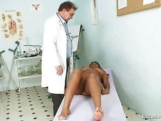 黑色胖的曼努埃拉gyno檢查由白色老醫生