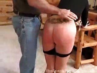 金發小妞接受打屁股她的不順服