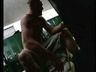 間諜攝像頭在軍隊的更衣室裡