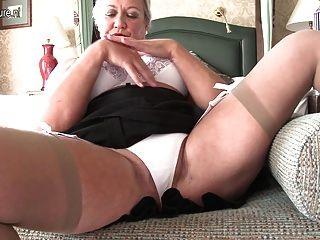 性感的英國夫人使用與她自己