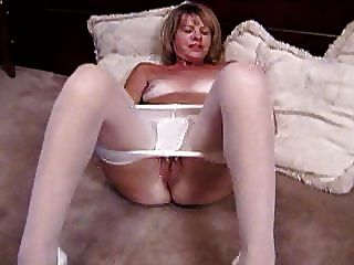 金發成熟手淫在白色連褲襪