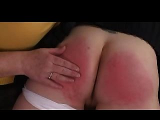 domme奶奶打鼾在她的膝蓋的女孩
