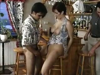 角質milf讓酒吧里的傢伙輪流她的。子