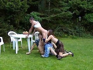 無鞍兩性體三人行在有tranny的公園