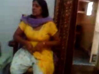 印度性視頻的印度阿姨,顯示她的大胸部