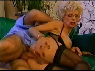 被刺穿的老婆婆在眼鏡拳頭和性交