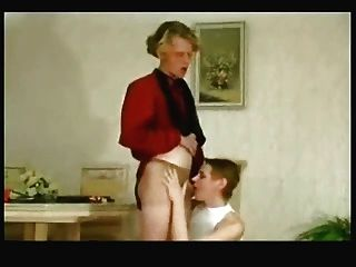 milf舔和doggystyle他媽的小內褲cumshot由年輕人
