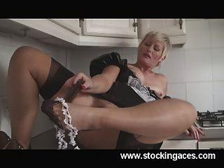 性感的saucy sally英國最熱的milf女僕