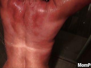 巨乳美洲獅他媽的在淋浴