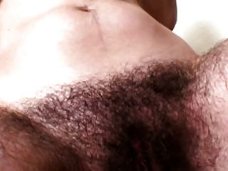 非常長毛的淺黑膚色的男人在衛生間裡