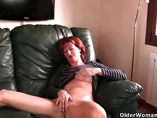 紅發成熟媽媽戲劇與她的乳頭和貓