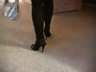 熱金髮美女吸煙的絲襪和高跟鞋
