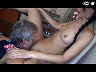 老奶奶和性感的女孩