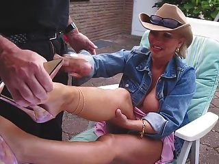 handjob和cumshot在她的被咬住的腿有好高跟鞋的