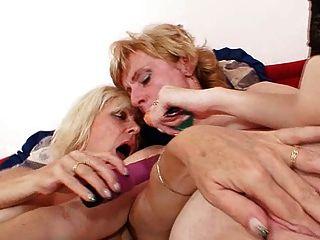金發碧眼的徐娘半老接吻舔和假陽具他媽的