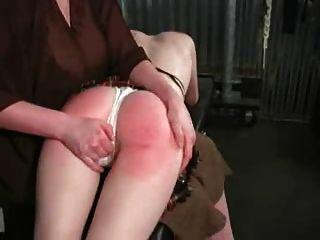 女性到年輕女孩otk打屁股紅色底部許多眼淚