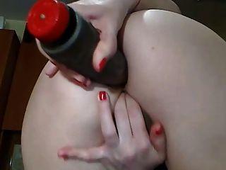 性感的凸輪女孩與完美的屁股玩假陽具在她的屁股