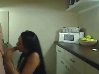 他媽的這個熱的角質作弊妻子在廚房