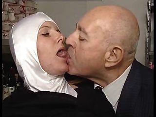 姐妹dumcunt性交在paki商店由骯髒的老人