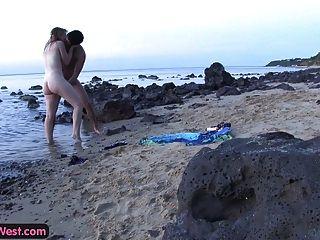公雞飢餓的業餘blondie性交在海灘上