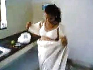 印地安妻子在廚房裡