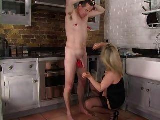 femdom corselette和絲襪domme屁股在廚房裡