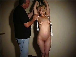 順從的blondie山雀栓和被羞辱
