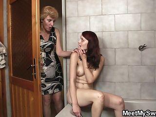 他的父母在浴室裡敲她