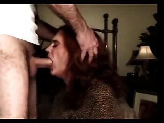 成熟和經驗的transvestite他媽的在嘴裡