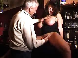 大口交摩洛陣線在一個酒吧被他媽的