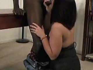 一個性感成熟的連褲襪需要一個黑色的公雞