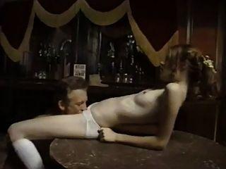 老牛仔他媽的無辜的年輕女孩在酒吧