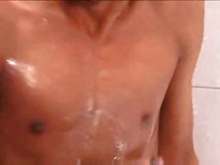 拉丁男孩在監獄淋浴