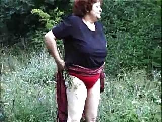 奶奶在野外