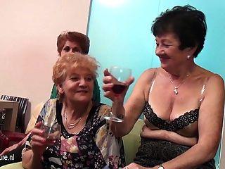 老和年輕女同性戀者在充分成熟的屋子裡執行