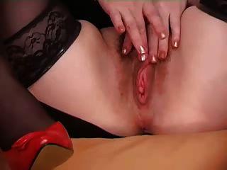 長毛的女人顯示她的陰戶
