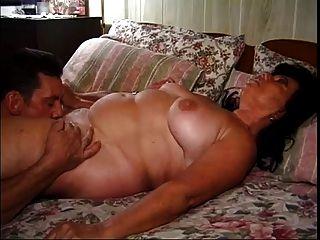 胖胖的成熟奶奶上了一個漂亮的手工完成