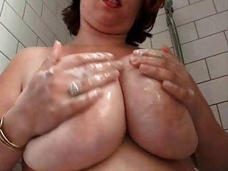 脂肪豐滿的毛茸茸的妻子在淋浴