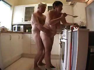 老夫婦獲得樂趣在廚房裡