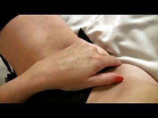 在黑長襪手指的小breasted成熟milf