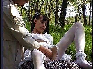 絲襪的毛茸茸的女孩在外面得到性交