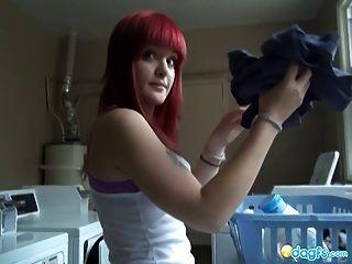 豐滿的紅發emo假陽具他媽的在淋浴