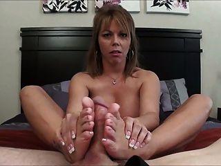 汗濕footjob和暨裡面她的鞋子。