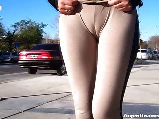 哇!熱拉丁屁股女孩穿著看穿公共褲子!