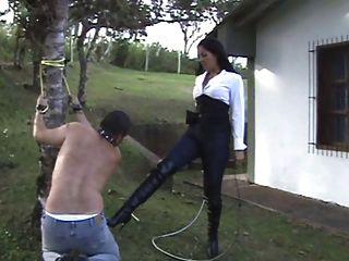 拉丁女主人懲罰她的奴隸
