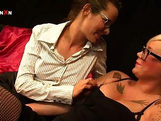 mandy cinn和amica bentley在熱的英國女同性戀拳頭