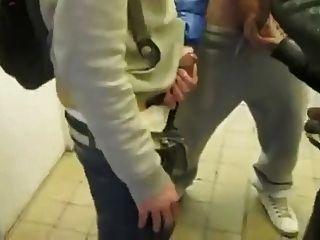 圓打擊和wank在公共廁所