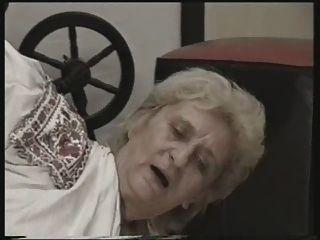 奶奶他媽的在地板上